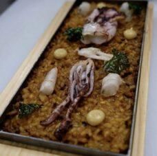 Comer arroz en el Narru